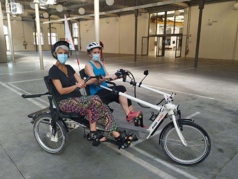 visuel 2 personnes en vélo inclusif